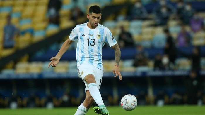 RIO DE JANEIRO, BRAZIL - JULY 10: Cristian Romero of Argentina controls the ball during the final of Copa America Brazil 2021 between Brazil and Argentina at Maracana Stadium on July 10, 2021 in Rio de Janeiro, Brazil. (Photo by Alexandre Schneider/Getty Images)