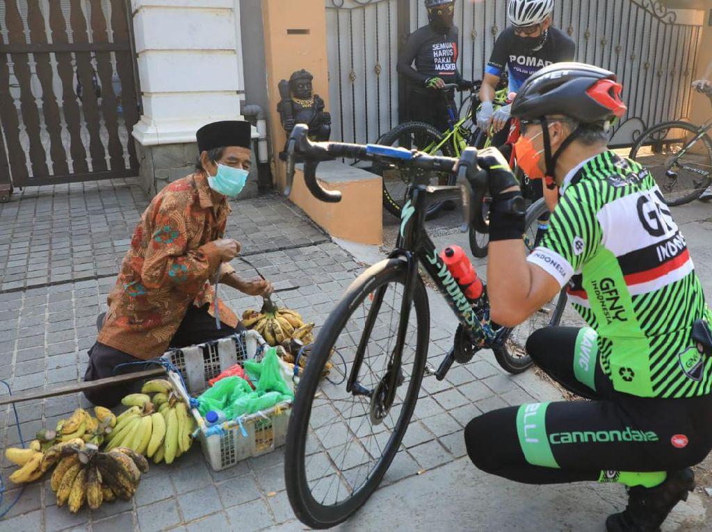 Aksi Ganjar Pranowo Borong Tahu Bakso sampai Pisang saat Bersepeda
