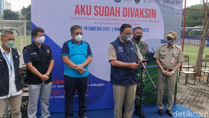 Bos Persiba Balikpapan, Gede Widiade, bersama Gubernur DKI Jakarta, Anies Baswedan.