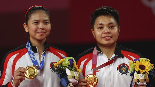 Tokyo 2020 Olympics - Badminton - Women's Doubles - Medal Ceremony - MFS - Musashino Forest Sport Plaza, Tokyo, Japan – August 2, 2021.  Gold medallists Greysia Polii of Indonesia and Apriyani Rahayu of Indonesia pose with their medals. REUTERS/Leonhard Foeger