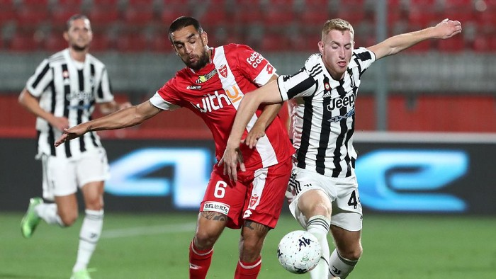 MONZA, ITALY - JULY 31: Dejan Kulusevski (L) of Juventus FC competes for the ball with Giuseppe Bellusci (R) of AC Monza during the AC Monza v Juventus FC - Trofeo Berlusconi at Stadio Brianteo on July 31, 2021 in Monza, Italy. (Photo by Marco Luzzani/Getty Images)