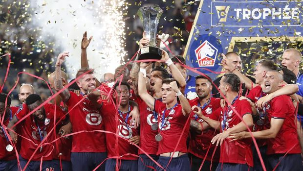 Lille's Jose Fonte holds a trophy as he celebrates with his teammates after winning the French Super Cup final soccer match between Lille and Paris Saint-Germain at Bloomfield Stadium in Tel Aviv, Israel, Sunday, Aug. 1, 2021. (AP Photo/Ariel Schalit)