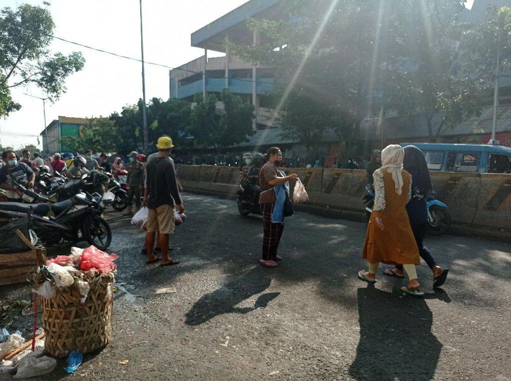 Pedagang Pasar Minggu Turun ke Jalan Tawarkan Dagangan, Ada yang Tak Bermasker