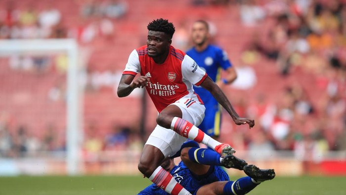 LONDON, ENGLAND - AUGUST 01: Thomas Partey of Arsenal appears to injure his ankle in this challenge from Ruben Loftus-Cheek of Chelsea during the Pre Season Friendly between Arsenal and Chelsea at Emirates Stadium on August 1, 2021 in London, England. (Photo by Marc Atkins/Getty Images)