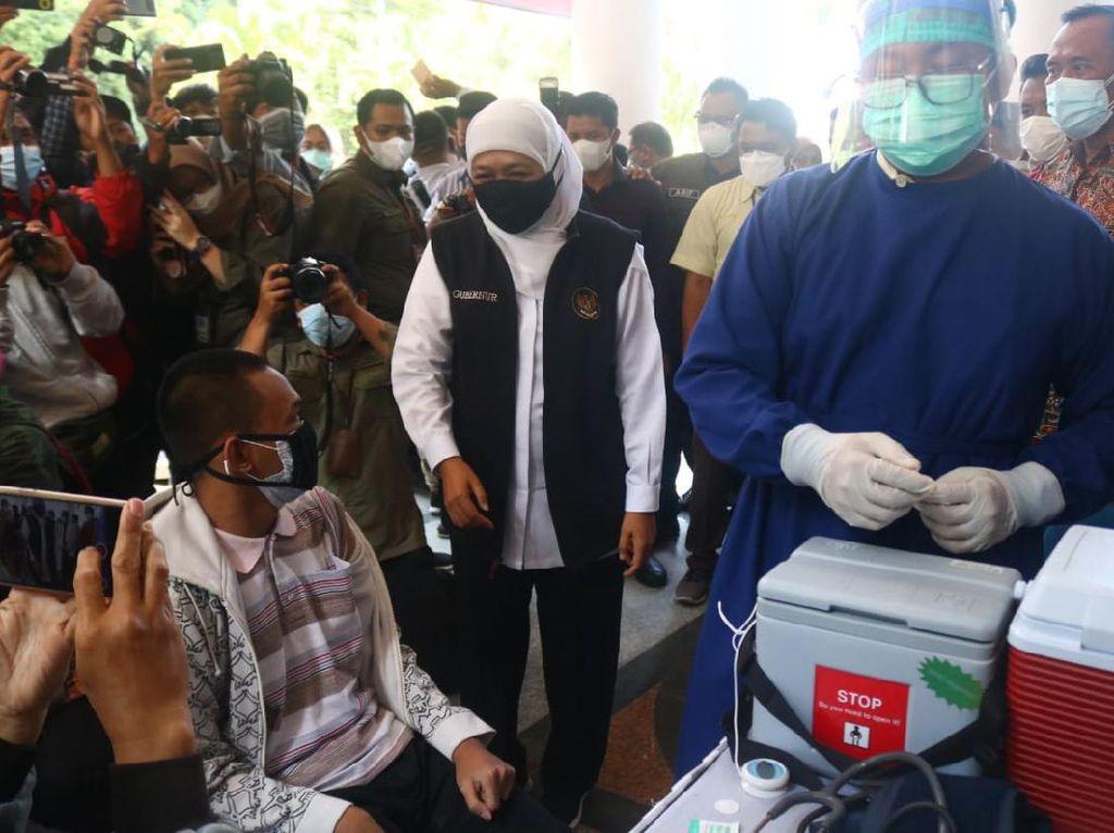 Khofifah Pantau Vaksinasi Nakes, Malang Jadi Daerah Pertama Dosis Ketiga
