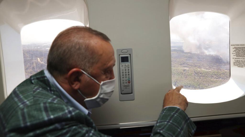 Momen Erdogan Pantau Kebakaran Hutan di Turki dari Pesawat
