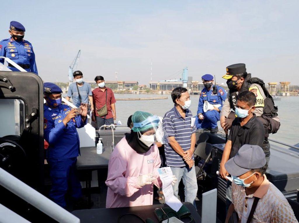 900 Nelayan hingga Masyarakat Pesisir Ikuti Vaksinasi dari Atas Kapal