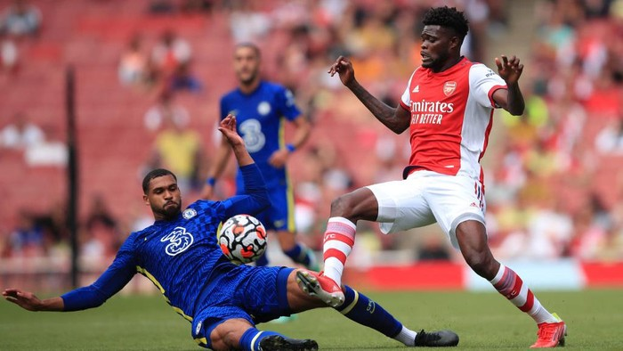 LONDON, ENGLAND - AUGUST 01: Thomas Partey of Arsenal tangles with Ruben Loftus-Cheek of Chelsea during the Pre Season Friendly between Arsenal and Chelsea at Emirates Stadium on August 1, 2021 in London, England. (Photo by Marc Atkins/Getty Images)
