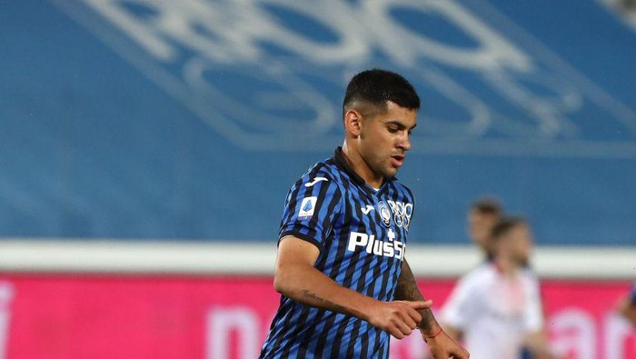 BERGAMO, ITALY - MAY 23: Cristian Romero of Atalanta BC in action  during the Serie A match between Atalanta BC and AC Milan at Gewiss Stadium on May 23, 2021 in Bergamo, Italy. Sporting stadiums around Italy remain under strict restrictions due to the Coronavirus Pandemic as Government social distancing laws prohibit fans inside venues resulting in games being played behind closed doors.  (Photo by Marco Luzzani/Getty Images)