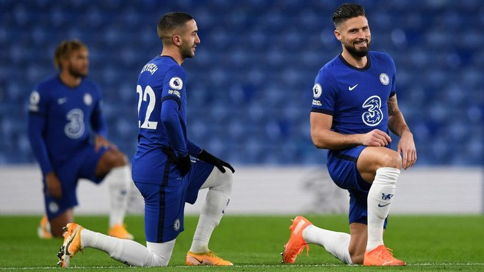 LONDON, ENGLAND - DECEMBER 05: Hakim Ziyech (C) and Olivier Giroud (R) of Chelsea takes a knee in support of the Black Lives Matter movement during the Premier League match between Chelsea and Leeds United at Stamford Bridge on December 05, 2020 in London, England. A limited number of fans are welcomed back to stadiums to watch elite football across England. This was following easing of restrictions on spectators in tiers one and two areas only. (Photo by Daniel Leal-Olivas - Pool/Getty Images)