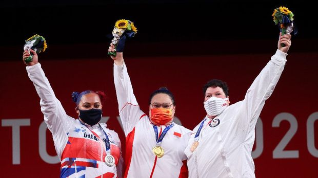 Tokyo 2020 Olympics - Weightlifting - Women's +87kg - Medal Ceremony - Tokyo International Forum, Tokyo, Japan - August 2, 2021. Gold medalist Li Wenwen of China, silver medalist Emily Campbell of Britain and bronze medalist Sarah Robles of the United States pose. REUTERS/Edgard Garrido