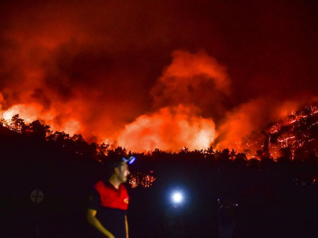 Kebakaran Capai Pembangkit Listrik, Ratusan Warga Turki Dievakuasi via Laut