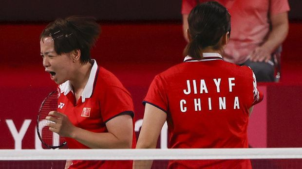 Tokyo 2020 Olympics - Badminton - Women's Doubles - Gold medal match - MFS - Musashino Forest Sport Plaza, Tokyo, Japan – August 2, 2021.  Chen Qingchen of China reacts next to Jia Yifan of China during the match against Greysia Polii of Indonesia and Apriyani Rahayu of Indonesia. REUTERS/Hamad I Mohammed