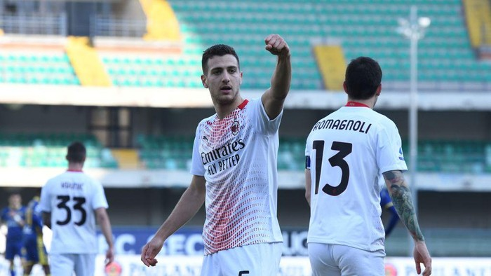 VERONA, ITALY - MARCH 07: Diogo Dalot of AC Milan  celebrates after scoring his team second goal during the Serie A match between Hellas Verona FC  and AC Milan at Stadio Marcantonio Bentegodi on March 07, 2021 in Verona, Italy. (Photo by Alessandro Sabattini/Getty Images)
