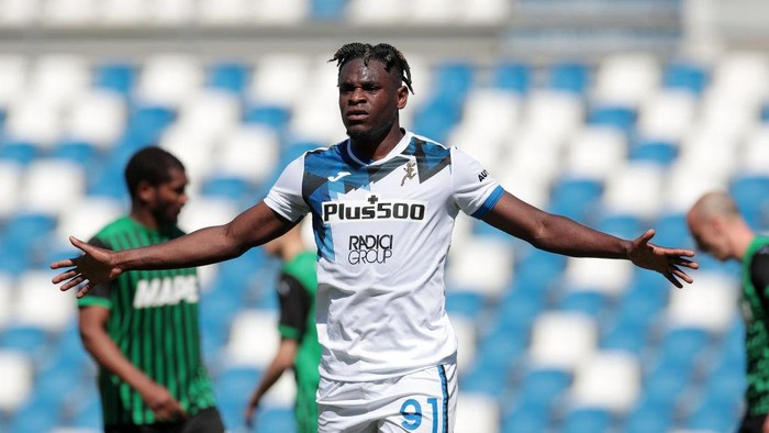 REGGIO NELLEMILIA, ITALY - MAY 02: Duvan Zapata of Atalanta B.C. reacts after scoring a goal that is disallowed during the Serie A match between US Sassuolo and Atalanta BC at Mapei Stadium - Città del Tricolore on May 02, 2021 in Reggio nellEmilia, Italy. Sporting stadiums around Italy remain under strict restrictions due to the Coronavirus Pandemic as Government social distancing laws prohibit fans inside venues resulting in games being played behind closed doors. (Photo by Emilio Andreoli/Getty Images)