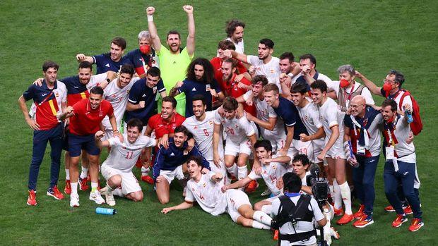 Tokyo 2020 Olympics - Soccer Football - Men - Semifinal - Japan v Spain - Saitama Stadium, Saitama, Japan - August 3, 2021. Spain celebrate after the match REUTERS/Kim Hong-Ji
