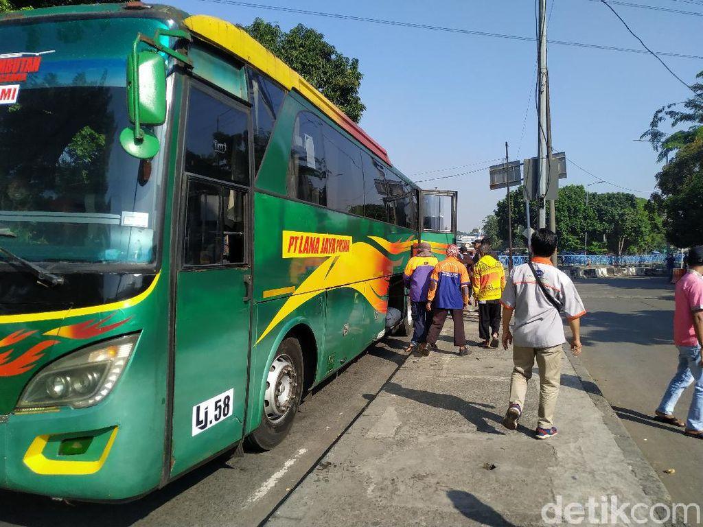 Penumpang Bus Sepi, Kuli Panggul Terminal Kampung Rambutan Gigit Jari