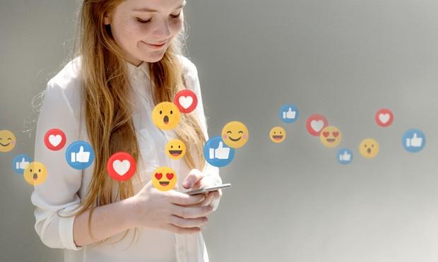 Menulis status dan komentar di sosial media | Foto : freepik/rawpixel.com