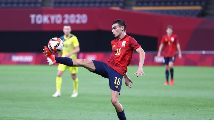 SAPPORO, JAPAN - JULY 25: Pedri Gonzalez #16 of Team Spain controls the ball during the Mens First Round Group C match between Australia and Spain on day two of the Tokyo 2020 Olympic Games at Sapporo Dome on July 25, 2021 in Sapporo, Hokkaido, Japan. (Photo by Masashi Hara/Getty Images)