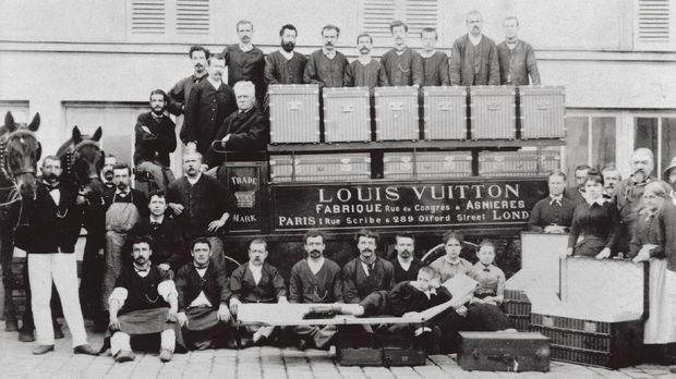 Louis, Georges dan Gaston-Louis Vuitton (berpose berbaring di atas trunk bed) berpose dengan pekerja pabrik di depan van pengiriman yang ditarik kuda di Asnières, 1888