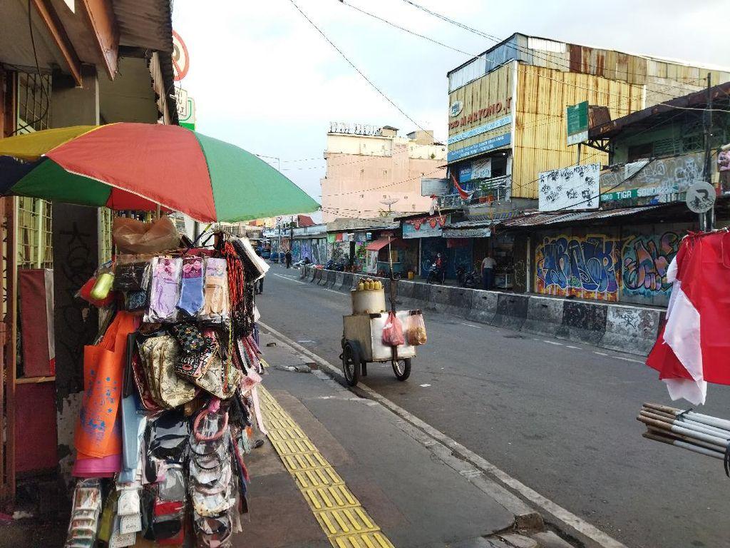 Pasar Tanah Abang Blok F Sepi, PKL Tunggu Pembeli hingga Malam
