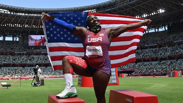 USA's Raven Saunders celebrates with her national flag after placing second in the women's shot put final during the Tokyo 2020 Olympic Games at the Olympic Stadium in Tokyo on August 1, 2021. (Photo by Andrej ISAKOVIC / AFP)
