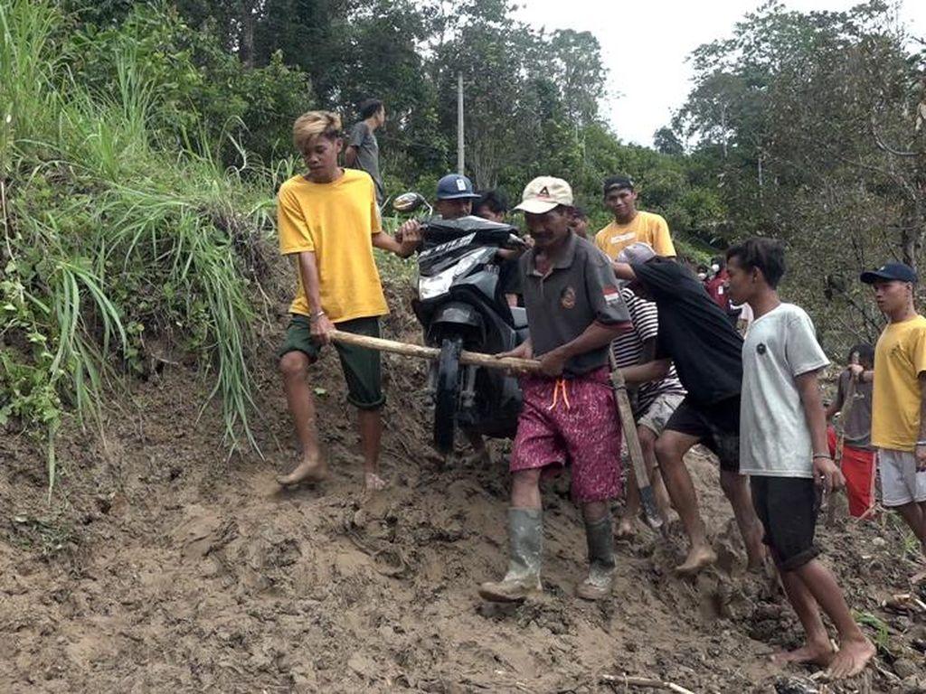 Longsor di Polewali Mandar, Akses Jalan Penghubung 2 Kecamatan Terputus