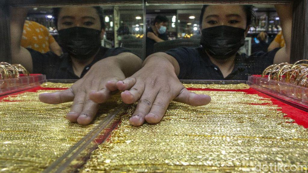 Warga Berbondong-bondong Jual Emas, Ada Apa?