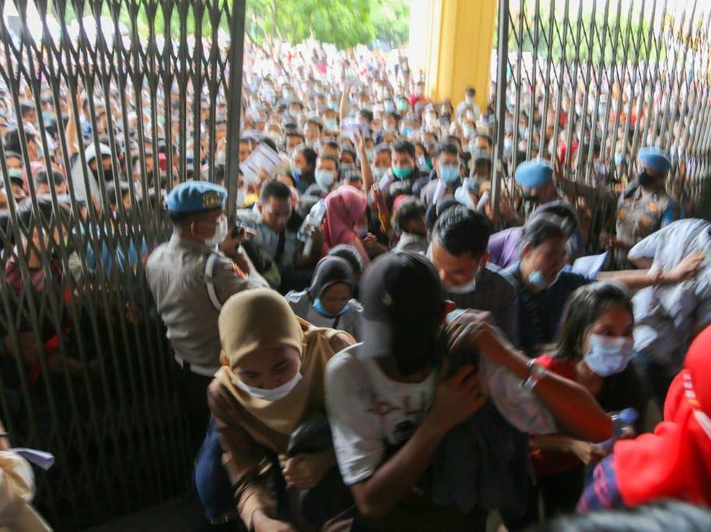 Polisi Amankan 5 Pengganda Formulir Vaksin Pemicu Warga Berdesakan di Sumut