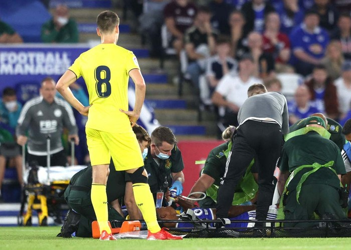 LEICESTER, ENGLAND - AUGUST 04: Medics help an injured Wesley Fofana of Leicester City during a Pre Season Friendly match between Leicester City and Villarreal CF at The King Power Stadium on August 04, 2021 in Leicester, England. (Photo by Alex Pantling/Getty Images)
