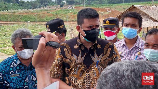 Wali Kota Medan Bobby Nasution di Tempat Pemakaman Umum (TPU) Khusus Covid-19 di Jalan Simalingkar, Medan, Kamis (5/8/2021). (CNNIndonesia/Farida)