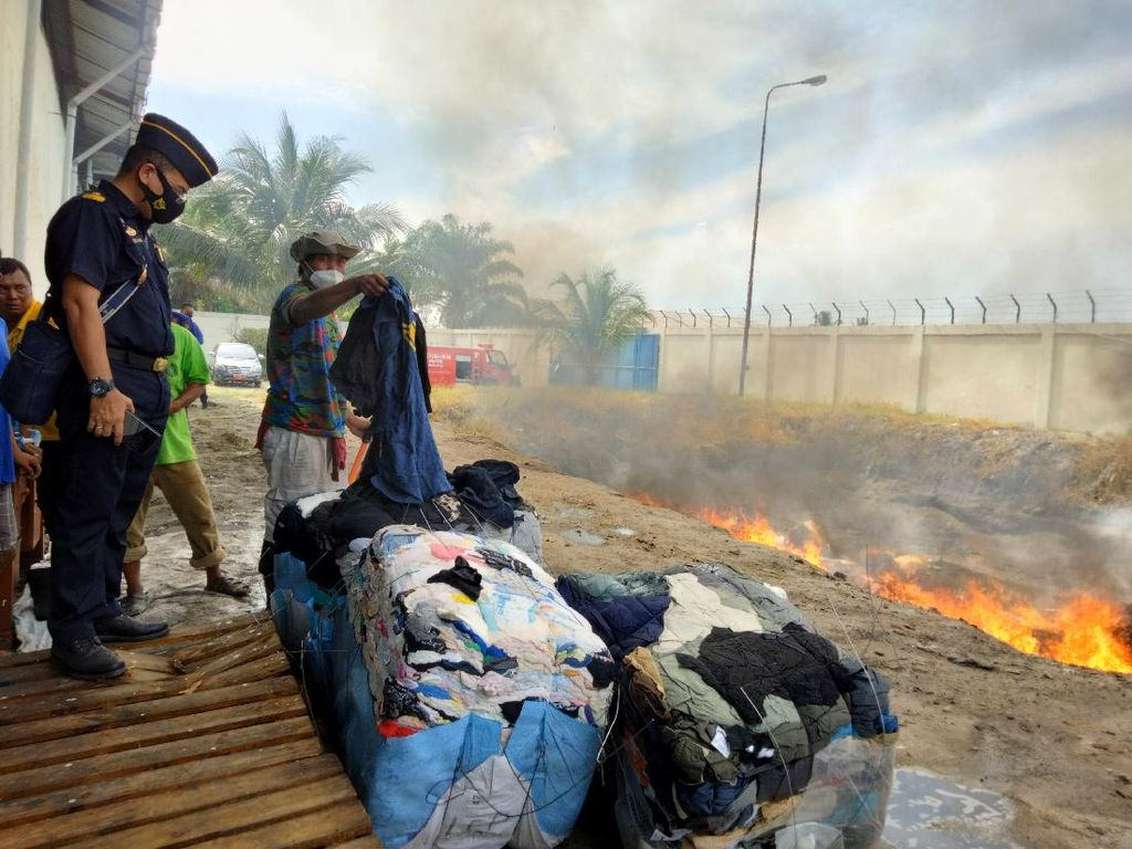 Bea Cukai Teluk Nibung Musnahkan Pakaian Bekas Impor Senilai Rp 4,7 M
