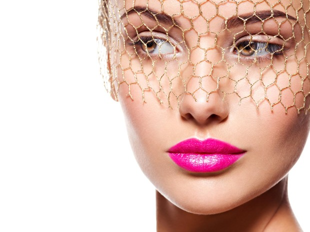 bagi kamu yang sering menggunakan lipstik berwarna pink cerah, memiliki pribadi yang ceria, bisa membuat orang-orang di sekitar menjadi tersenyum