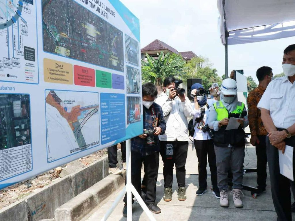 Gaya Anies-Luhut Blusukan di Proyek Anti Banjir Jakarta