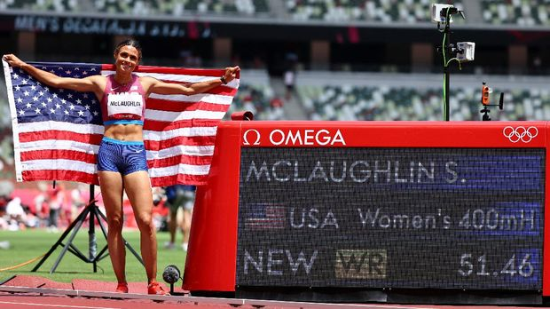 Tokyo 2020 Olympics - Athletics - Women's 400m Hurdles - Final - Olympic Stadium, Tokyo, Japan - August 4, 2021. Gold medallist Sydney McLaughlin of the United States celebrates after setting a new world record REUTERS/Lucy Nicholson