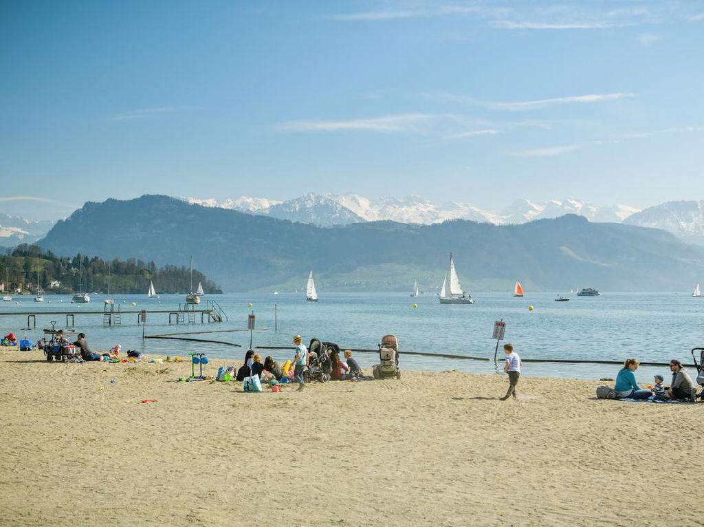 Bukan Tepi Laut, Ini 15 Pantai Tepi Danau di Swiss buat Main Voli