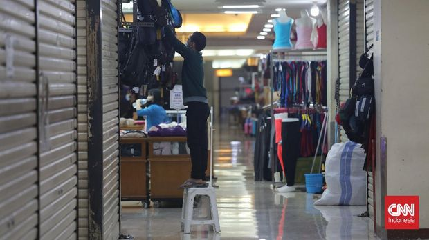 Suasana pusat perbelanjaan saat PPKM Level 4 di kawasan Kuningan, Jakarta, Kamis, 5 Agustus 2021. Ekonomi Indonesia akhirnya terlepas dari jerat resesi. Ini terjadi setelah ekonomi Indonesia pada kuartal II 2021 berhasil melesat 7,07 persen. CNNIndonesia/Safir Makki