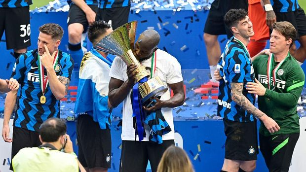 MILAN, ITALY - MAY 23: Romelu Lukaku of FC Internazionale celebrates with the Serie A trophy after the Serie A match between FC Internazionale Milano and Udinese Calcio at Stadio Giuseppe Meazza on May 23, 2021 in Milan, Italy. A limited number of fans will be allowed into Premier League stadiums as Coronavirus restrictions begin to ease in Italy. (Photo by Mattia Ozbot/Getty Images)