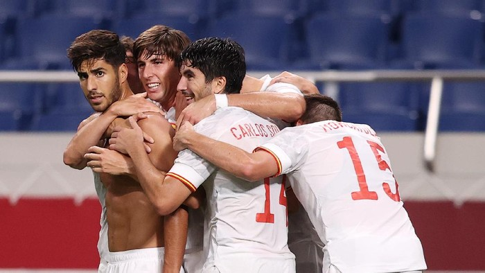 SAITAMA, JAPAN - AUGUST 03: Marco Asensio #7 of Team Spain celebrates with team mates after scoring their sides first goal during the Mens Football Semi-final match between Japan and Spain on day eleven of the Tokyo 2020 Olympic Games at Saitama Stadium on August 03, 2021 in Saitama, Japan. (Photo by Francois Nel/Getty Images)