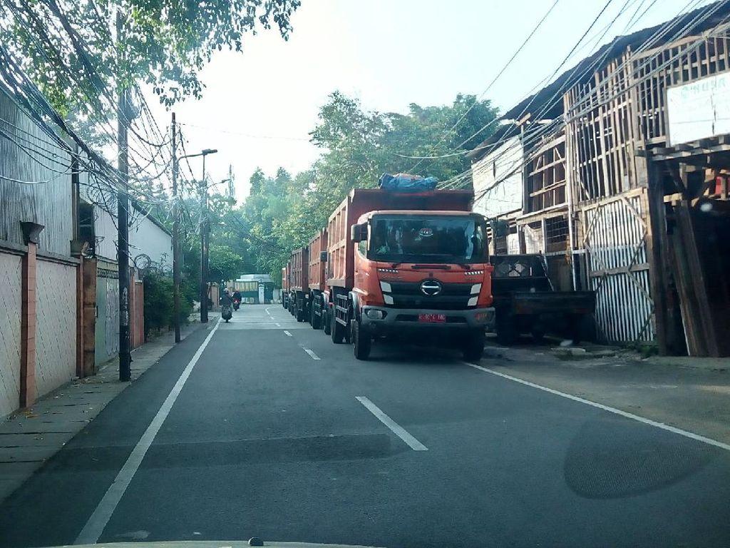 Truk-truk Parkir Makan Badan Jalan, Warga Jaksel Komplain ke Pemprov