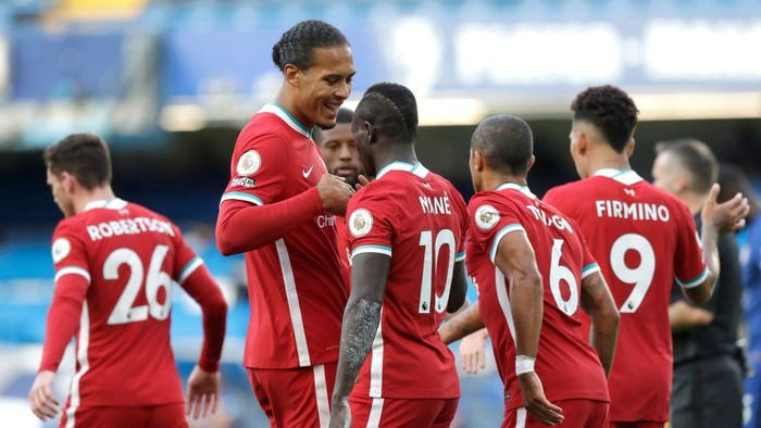 LONDON, ENGLAND - SEPTEMBER 20: Sadio Mane of Liverpool celebrates with teammates after scoring his teams second goal during the Premier League match between Chelsea and Liverpool at Stamford Bridge on September 20, 2020 in London, England. (Photo by Matt Dunham - Pool/Getty Images)