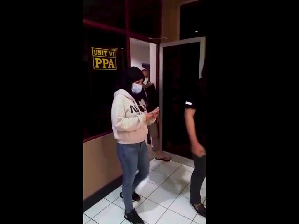 Stres hingga Berbikini di Jalan Raya, Dinar Candy Bakal ke Psikiater