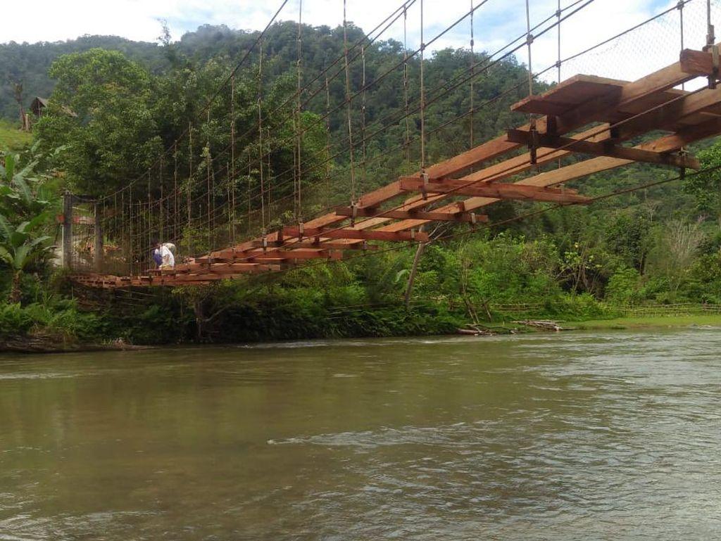 Perbaikan Jembatan Tempat Pelajar Bergantung di Mamasa Segera Rampung