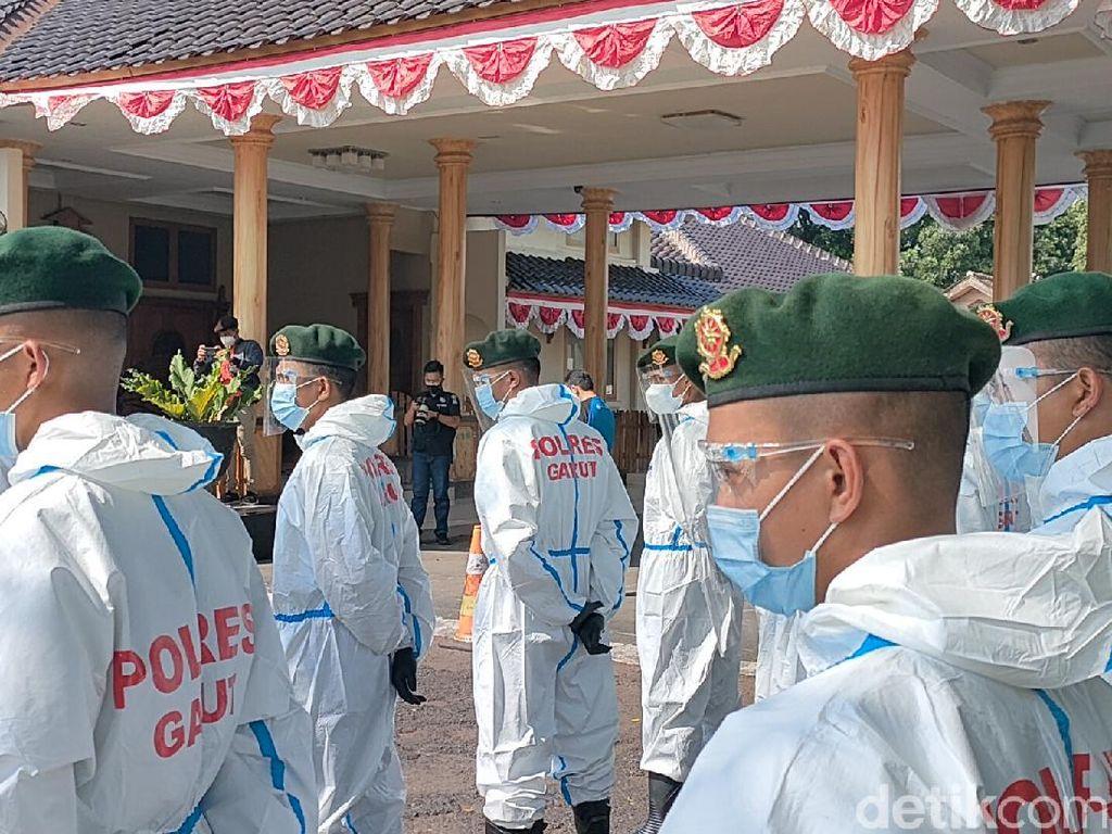 TNI-Polri Garut Dikerahkan Bujuk Warga Bergejala untuk Isolasi Terpadu