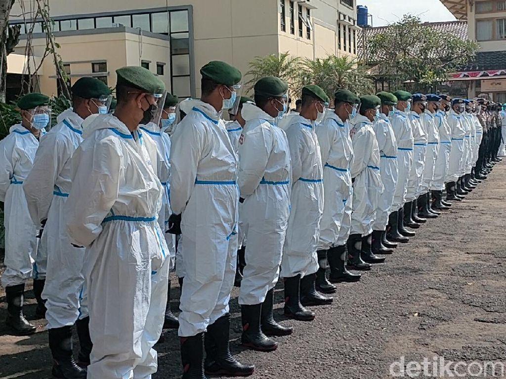 TNI-Polri Ber-APD di Garut Bujuk Warga yang Enggan Isolasi Terpadu