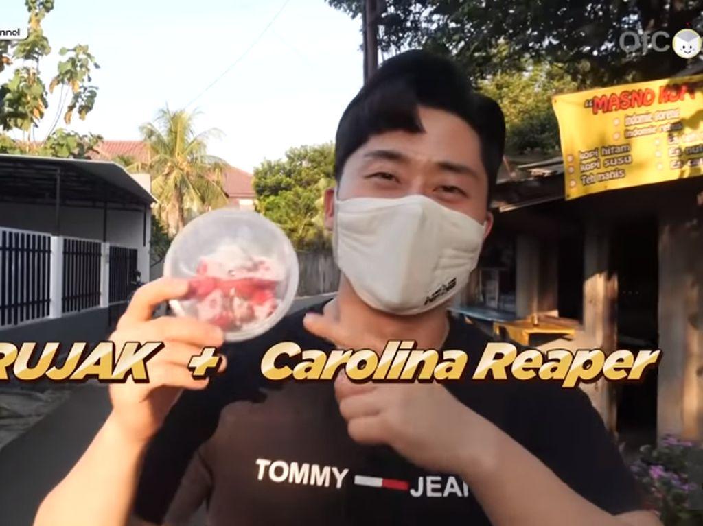 Cowok Korea Ini Coba Makan Rujak Pakai Sambal dari Cabe Carolina Reaper!