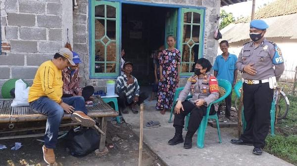 Kang Emon bertopi biru, pedagang mainan yang gagalkan begal di Bekasi ditemui Kapolsek Tambelang AKP Mike Pendriyati (Dok.Polsek Tambelang)
