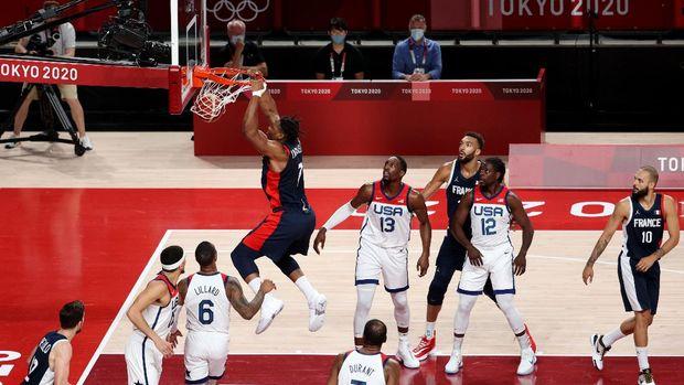 Tokyo 2020 Olympics - Basketball - Men - Gold medal match - France v United States - Saitama Super Arena, Saitama, Japan - August 7, 2021. Guerschon Yabusele of France scores a basket REUTERS/Molly Darlington