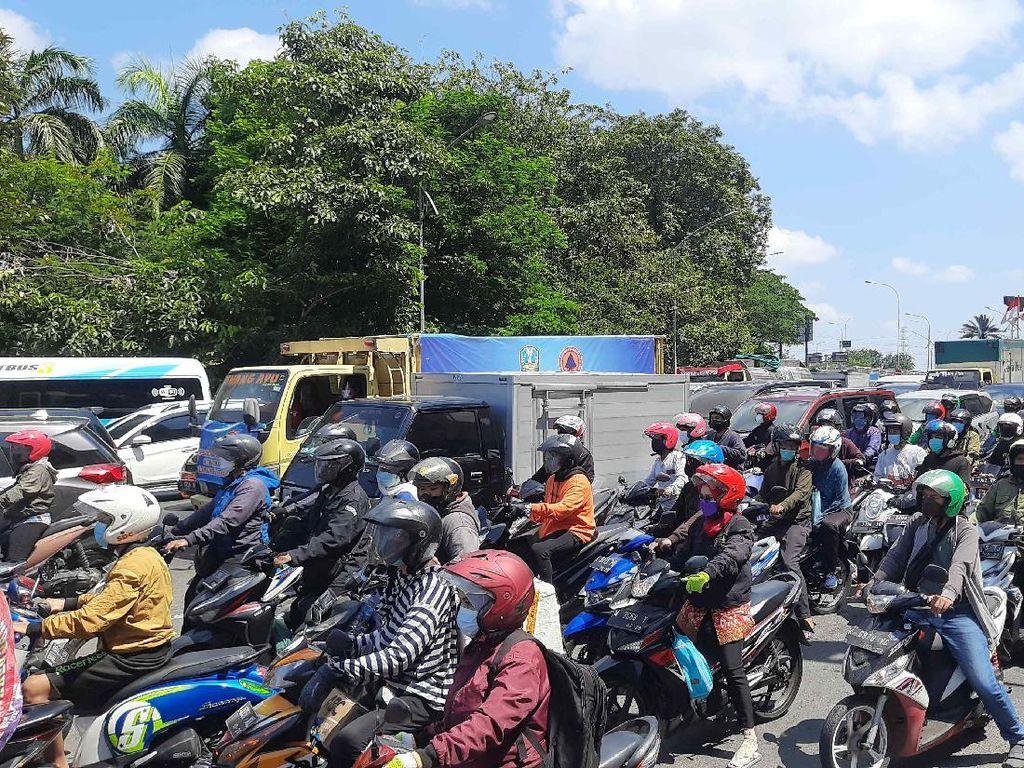 Penyekatan di Bundaran Waru Surabaya, Lalin Macet 1 KM