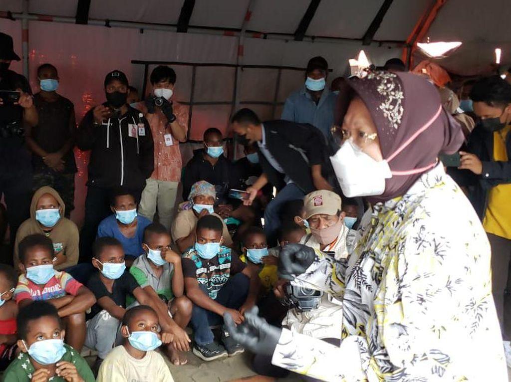 Risma Salurkan Bantuan Senilai Rp 949 Juta ke Warga Papua